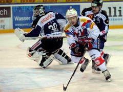 Michael Liniger gegen Jussi Markkanen (links) und Alessandro Chiesa. (Bild: Keystone)