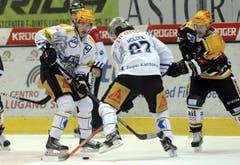 Die Zuger Suri (links) und Holden gegen Luganos McLean. (Bild: Keystone)