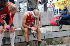 Sieger dürfen das: Ausgepumpt sein anc h42 Kilometern. (Bild: Ramona Geiger/ Claude Hagen/LZ)