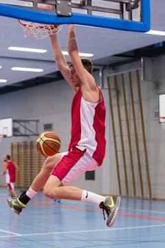 Der 2.03 Meter grosse Josh Sparks schliesst mit einem spektakulären Slam-Dunk ab. (Bild: PD/Urs Güttinger)