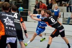 Handball: HC Kriens-Luzern (blau) vs Kadetten Schaffhausen vlnr: Philipp Renter, Dimitrij Küttel (Neue LZ/Dominik Wunderli) Fotografiert am 20.02.2016 in der Maihofhalle Sport (Bild: Dominik Wunderli / Neue LZ)