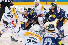 Nolan Diem, oben Mitte links, von Zug, im Spiel gegen Raffaele Sannitz, oben Mitte rechts, von Lugano. (Bild: Keystone/Urs Flüeler)