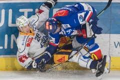 Reto Suri, links, im Zweikampf mit Severin Blindenbacher. (Bild: Urs Flüeler/Keystone)