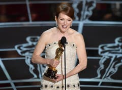 Julianne Moore nimmt Ihren Oscar als beste Hauptdarstellerin («Still Alice – Mein Leben ohne Gestern») entgegen. (Bild: Keystone / John Shearer)