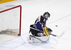 Machte in den Playoffs öfters eine unglückliche Figur: EVZ-Goalie Jussi Markkanen. (Bild: Stefan Kaiser/Neue ZZ)