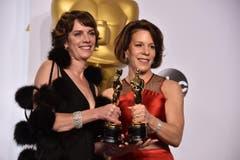 «Crisis Hotline: Veterans Press 1» gewinnt den Oscar für den besten Dokumentar-Kurzfilm. Bild: Dana Perry (l.) und Ellen Goosenberg Kent. (Bild: Keystone / Jordan Strauss)