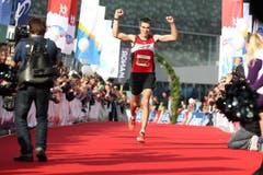 Markus Joho gewinnt bei den Männern auf der Halbmarathon-Strecke. (Bild: Roger Zbinden / Neue LZ)