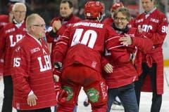 Marc Froidevaux (rechts) gratuliert seinem Sohn und Lausanner Spieler Etienne Froidevaux (Mitte). (Bild: Keystone / Jean-Christophe Bott)