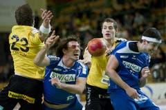 David Parolo (links) und Bjoern Froehlich (zweiter von rechts) von Otmar spielt um den Ball gegen David Nyffenegger (zweiter links) und Bojan Beljanski. (Bild: Keystone)