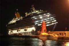 In der Nacht des 13. Januar 2012 gerät das Luxuskreuzfahrtschiff vor der toskanischen Insel Giglio in Schieflage. (Bild: Keystone / AP)