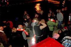 Gerettete Passagiere bei ihrer Ankunft im Hafen von Giglio. (Bild: Keystone / AP / Aufnahme eines Passagiers der Costa Concordia)