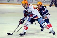 Die beiden Topskorer im Duell: Klotens Micki Dupont (links) gegen Zugs Damien Brunner. (Bild: Keystone)