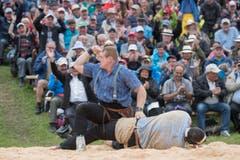 Joel Wicki, links, legt Daniel Boesch ins Sägemehl (Bild: Urs Flüeler, Keystone / Rigi Staffel, 09.07.2017)