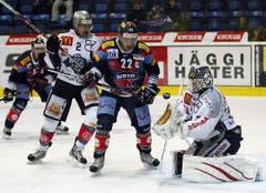 Kloten Flyers Stürmer Victor Stancescu, Mitte, gegen EV Zug Torhüter Jussi Markkanen. (Bild: Keystone)