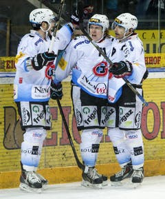 Adam Hasani, Killian Mottet und Tristan Vauclair von Fribourg feiern einen ihrer fünf Treffer. (Bild: Keystone)