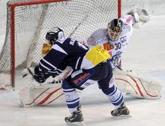Raeto Raffainer erzielt den siegbringenden Penalty gegen Jussi Markkanen. (Bild: Keystone)