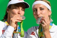 Martina Hingis, links, und Timea Bacsinszky, rechts, küssen ihre Silbermedaillen. (Bild: Keystone / Laurent Gilliéron)