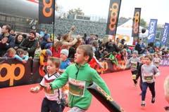Die kleinen Sportlerinnen und Sportler wetteifern um den Sieg. Bilder von vielleicht ersten Wettkampffieber des Lebens. (Bild: Claude Hagen/LZ)