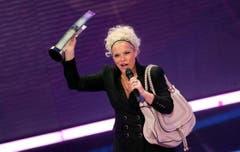 Ina Müller zeigt stolz ihren Echo. (Bild: Keystone)