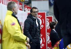 Der verletzte Kloten Flyers Stürmer Marcel Jenni (Mitte) bei der Spielerbank (Bild: Keystone)