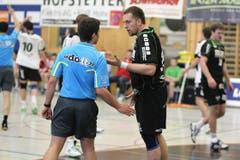 Andraz Podversic (rechts) diskutiert mit dem Schiedsrichter. (Bild: Roger Zbinden/Neue LZ)