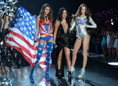 Taylor Hill (links) und Megan Puleri rahmen Sängerin Selena Gomez ein. (Bild: Keystone)