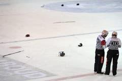So siehts nach einer Massenschlägerei auf dem Eis aus. (Bild: Keystone)