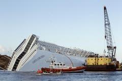 Mit riesigen Schiffen soll die Costa Concordia geborgen werden. (Bild: Keystone / EPA)