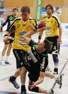 Michael Portmann (am Ball) setzt sich gegen die St. Galler Martin Engeler (links) und Fabian Christ durch. (Bild: Philipp Schmidli/Neue LZ)