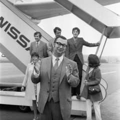 Der Schweizer Schauspieler Walter Roderer startet am 21. Mai 1970 auf dem Flughafen Kloten bei Zuerich, Schweiz, zu einer Amerikatournee, wo er vor Auslandschweizern auftreten wird. Links im Hintergrund steht die Schauspielerin Ruth Jecklin, hinten in der Mitte der Schauspieler Hansjoerg Bahl. (Bild: Keystone)