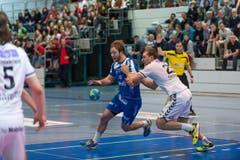 HCK-Spieler Thomas Hofstetter (links) beim Angriff. (Bild: Roger Grütter)