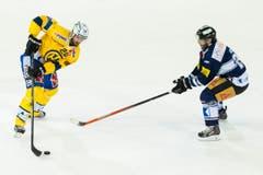 Dick Axelsson (links) vom HC Davos gegen Zugs Josh Holden. (Bild: Keystone)