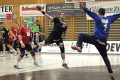 Andraz Poderversic (am Ball) bezwingt Pfadi-Torhüter Martin Pramuk. (Bild: Roger Zbinden/Neue LZ)
