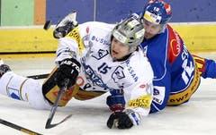 Luca Cunti von den ZSC Lions (rechts) in einem hart umkämpften Spiel gegen Sven Lindenmann vom EVZ. (Bild: Keystone)