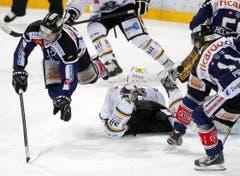 Der Zuger Patrick Fischer, links, beim Spiel gegen den HC Lugano. (Bild: Keystone)