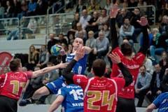 Springt höher als der Gegner: HCK-Spieler Peter Schramm. (Bild: Pius Amrein / Neue LZ)