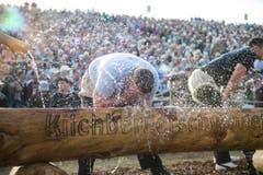 Ein Schwinger erfrischt sich beim Brunnen. (Bild: Keystone)