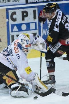 Zugs Eero Kilpeläinen gegen Fribourgs Andrei Bykov (Bild: Keystone)