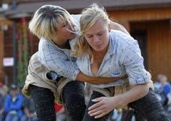 Silvia Deck (rechts) gegen Sonia Kälin im Schlussgang. (Bild: Keystone)
