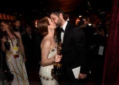 Die grosse Abräumerin des Abends, Julianne Moore, küsst ihren Mann Bart Freundlich. (Bild: Keystone / Chris Pizzello)