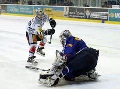 Der Zuger Stürmer Lino Martschini scheitert beim entscheidenden Penalty am Flyers-Goalie Ronnie Rüeger.