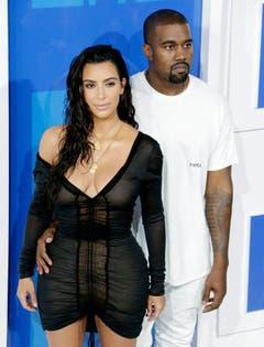 Warum so kritisch, Mister West? Ihre Kim sieht doch fantastisch aus! (Bild: Keystone)