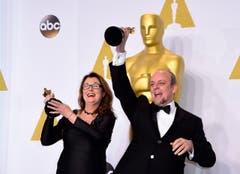 Frances Hannon und Mark Coulier posieren mit dem Oscar für das beste Make-up und die beste Frisur («Grand Budapest Hotel»). (Bild: Keystone / Paul Buck)