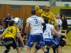Altdorfs Spielertrainer Mario Obad am Ball (Bild: Urs Hanhart / UZ)