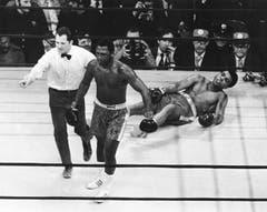 Bei diesem Kampf 1971 ging Muhammad Ali (rechts) zu Boden. Joe Frazier hatte ihn in der 15. Runde des Titelkampfes im Madison Square Garden in New York erwischt. (Bild: Keystone)