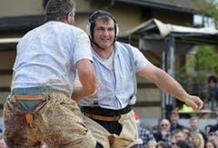 Peter Imfeld, rechts, feiert seinen Sieg über Bruno Müller im 4. Gang. (Bild: Keystone)