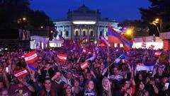Fans und Zuschauer vor der Wiener Stadthalle. (Bild: HELMUT FOHRINGER)