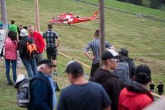 Der verletzte Joel Wicki wird von der Rega abtransportiert. (Bild: URS FLUEELER)