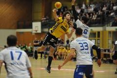 Dem Altdorfer Nicolai Christensen springt der Ball davon. (Bild: Urs Hanhart / UZ)