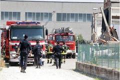 Feuerwehrleute treffen bei der Fabrik ein. (Bild: Keystone / EPA)